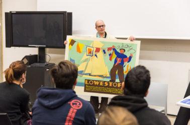 Paul Rennie, directeur du departement graphisme, présenant une affiche aux étudiants