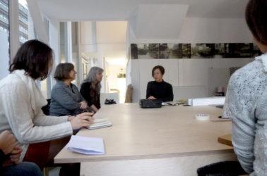 Marianne Muller, les enseigants et les étudiants autour d'une table, en discussion