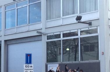 les étudiants d'espace devant les locaux de l'agence Benthem & Crouwel