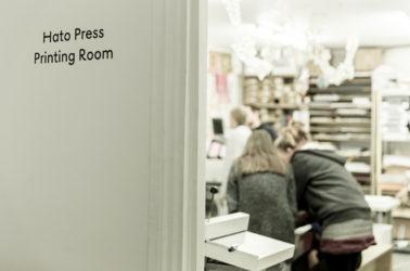 des étudiants de graphisme travaillant dans les ateliers d'Hato press