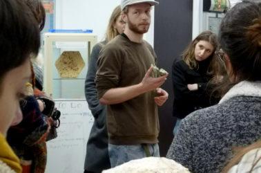 visite à mediamatic, les etudiants ecoutent les nouvelles applications que l'on peut trouver aux champignons dans les matériaux