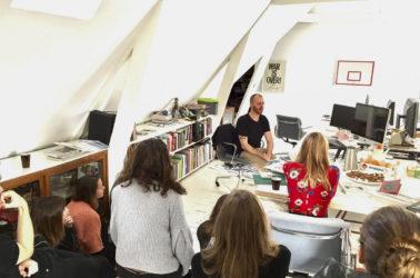 rencontre avec Bas Koopmans, tous les graphistes réunis autour d'une table