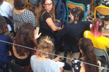 vue plongeante sur les étudiants assis, assistant à la présentation orale de leur camarades