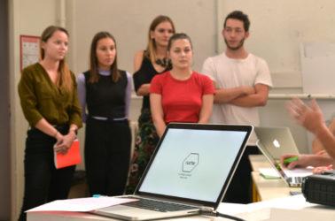 5 etudiants faisant une présentation orale