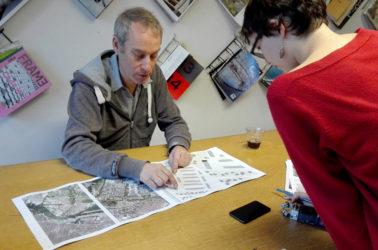 une étudiante en discussion avec Peter van Assche, architecte Bureau SLA