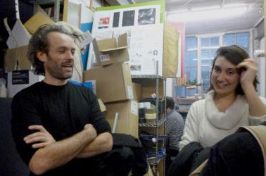 Alex Shaw et une étudiante dans les locaux de Atmos