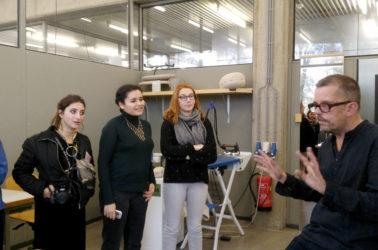 les etudiants de textiles en discussion avec un enseignant de la Rietveld School