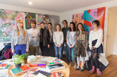 les graphistes posent avec la responsable du studio The Rodina