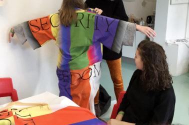 rencontre avec Roosje Klap (Atelier Roosje Klap), une étudiante essaie une tenue graphique